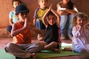 Kids learn literacy in Storytime Yoga® for Kids in this class in Chile with Giusepe Vital.